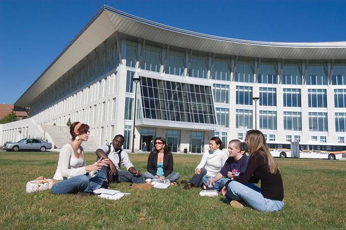 Du học sinh đang họp nhóm tại khuôn viên trường
