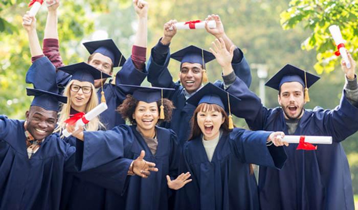 Nhóm sinh viên vui mừng vì nhận được học bổng du học Mỹ