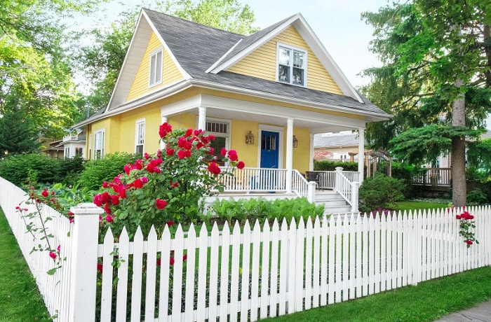 nhà và hàng rào trắng