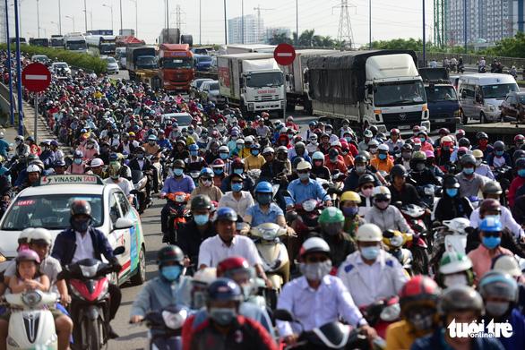 Phương tiện giao thông đi loạn xạ trên các tuyến đường