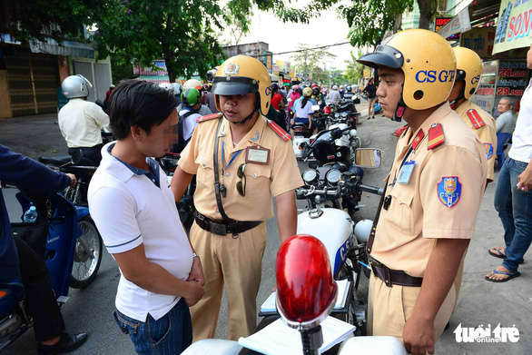 Cảnh sát giao thông xử phạt một trường hợp vi phạm giao thông
