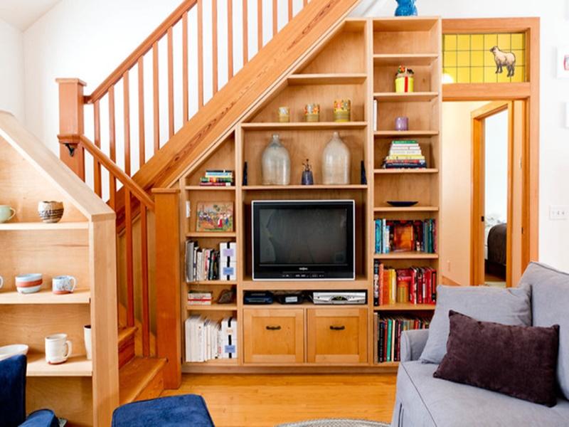 Bậc cầu thang làm nơi chứa đồ đạc