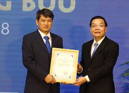 Bộ trưởng Chu Ngọc Anh tặng giải chính Giải thưởng Tạ Quang Bửu năm 2018 cho TS Trần Đình Phong